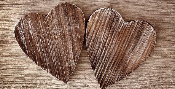 تصویر قلب چوبی روی میز چوبی