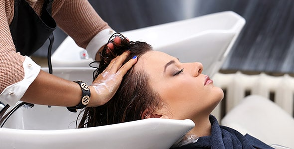 تصویر زن در آرایشگاه و شستشوی مو