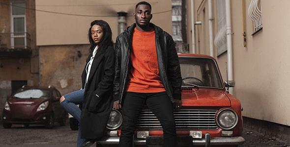 تصویر مدل زن و مرد با ماشین قدیمی