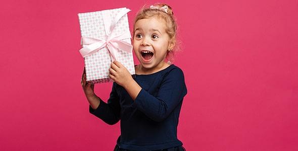 تصویر دختر بچه شاد با جعبه کادو