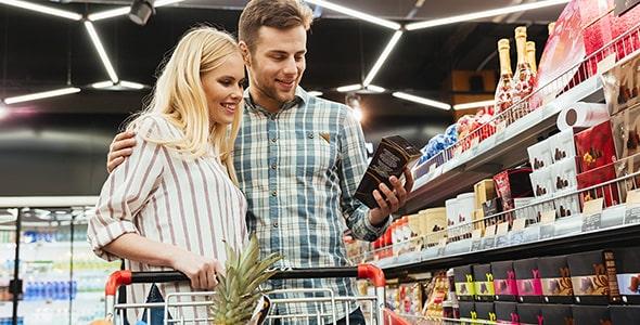 تصویر زن و مرد جوان و خرید از سوپرمارکت