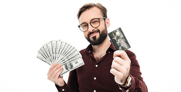 تصویر مرد جوان با دلار و کارت اعتباری