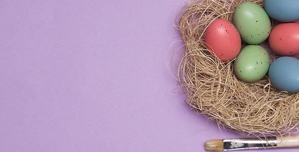 تصویر نمای بالا تخم مرغ رنگی با قلمو