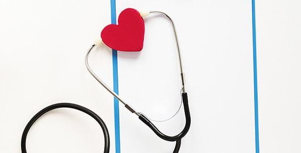 تصویر نمای بالا استتوسکوپ با قلب قرمز