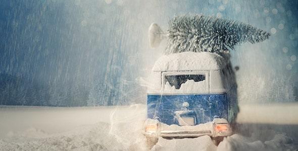 تصویر درخت کریسمس روی ماشین در بارش برف