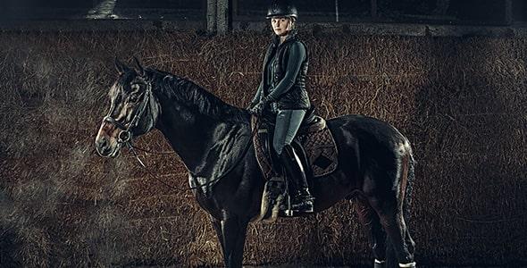 تصویر پس زمینه زن اسب سوار