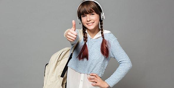 تصویر دختر دانش آموز با کوله پشتی