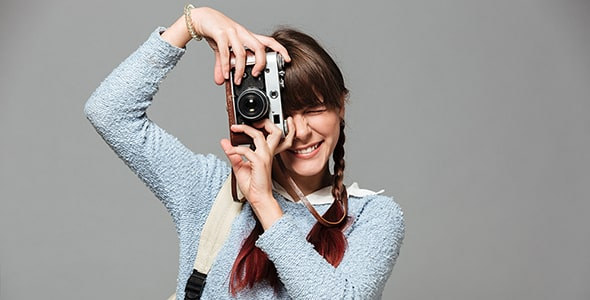 تصویر پرتره دختر جوان در حال عکاسی