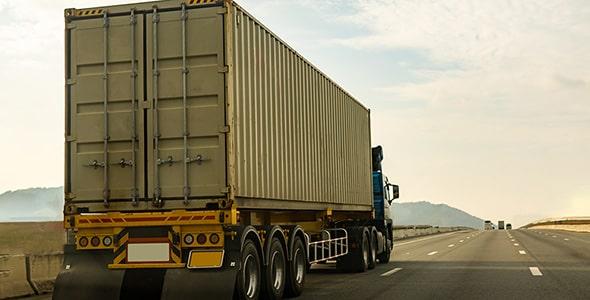 تصویر کامیون با کانتینر در جاده و بزرگراه