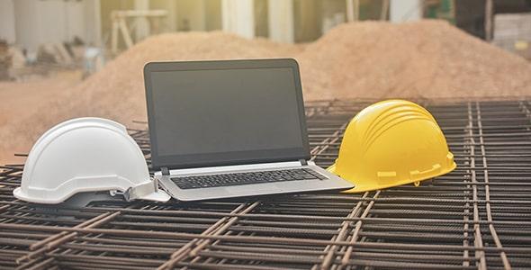 تصویر لپ تاپ و کلاه ایمنی با مفهوم معماری