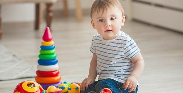 تصویر پس زمینه پسر بچه در حال بازی در خانه