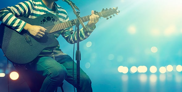تصویر گیتاریست مرد روی صحنه و استیج