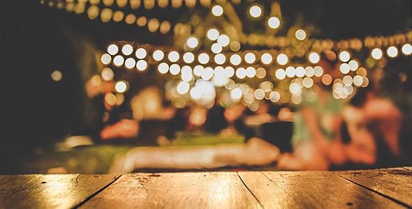 تصویر انتزاعی میز چوبی با پس زمینه نور تار