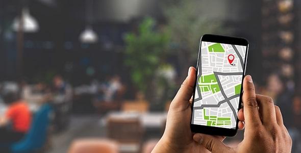 تصویر دست انسان و نمایش GPS در موبایل