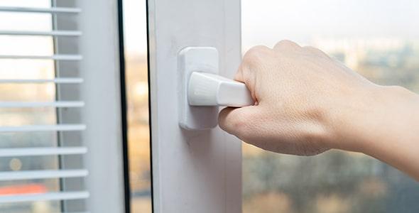 تصویر دست انسان و باز کردن پنجره دوجداره