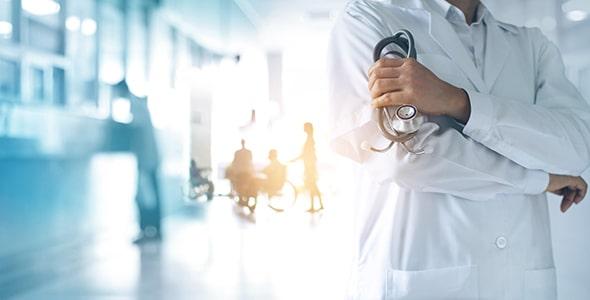 تصویر دکتر با گوشی پزشکی یا استتوسکوپ
