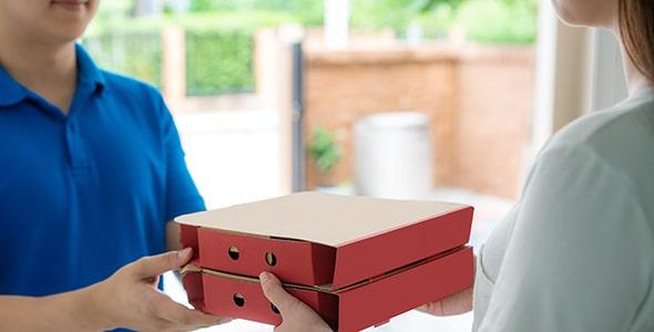 تصویر انسان با مفهوم دلیوری و تحویل پیتزا