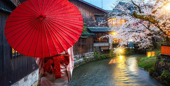 تصویر پس زمینه زن ژاپنی با چتر و کیمونو