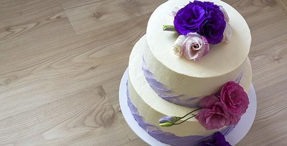 تصویر کلوزاپ نمای بالا از کیک عروسی و تولد