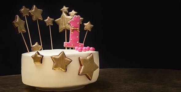 تصویر کیک با ستاره طلایی و جشن تولد 1 سالگی