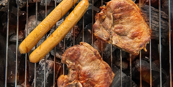 تصویر سوسیس و گوشت خوک روی باربیکیو