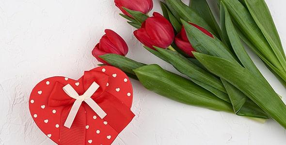 تصویر نمای بالا دسته گل لاله با جعبه کادو