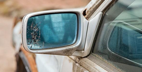 تصویر ماشین قدیمی اسقاطی با آینه بغل شکسته