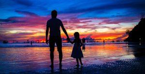 تصویر ضدنور پدر و دختر در ساحل بوراکای