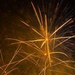 تصویر آتش بازی و نورافشانی جشن در شب