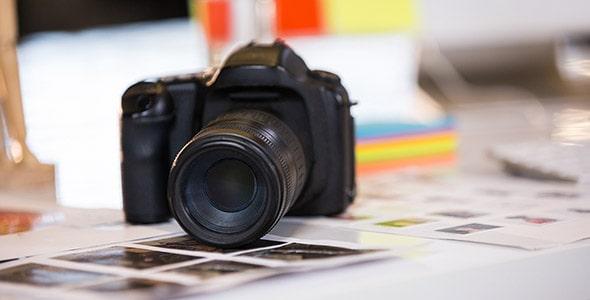 تصویر پس زمینه دوربین عکاسی روی میز