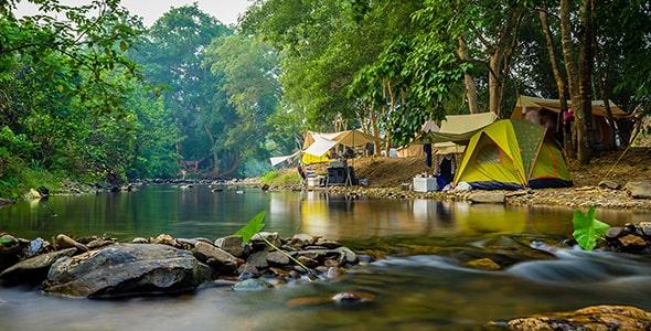 تصویر کمپ زدن در طبیعت و کنار رودخانه