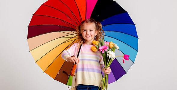 تصویر دختر بچه با چتر رنگی در حال خندیدن