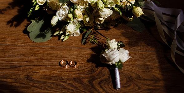 تصویر نمای بالا دسته گل عروسی و حلقه ازدواج