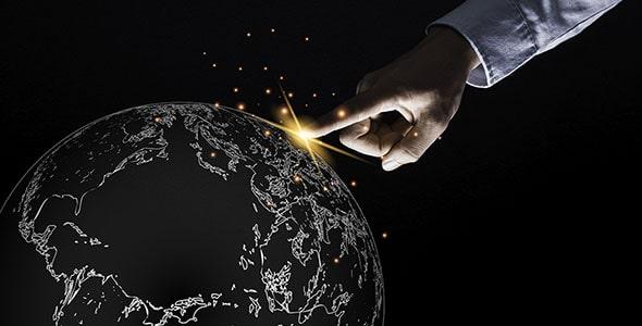 تصویر دست انسان در حال لمس کردن کره زمین