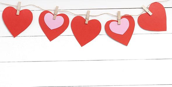 تصویر پس زمینه نمای بالا مجموعه قلب قرمز