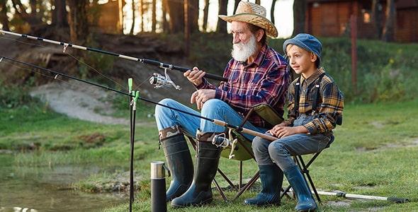 تصویر پس زمینه پدربزرگ و نوه در حال ماهیگیری