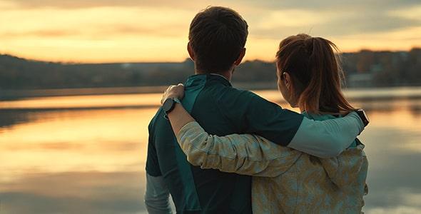 تصویر عاشقانه زن و مرد در غروب آفتاب