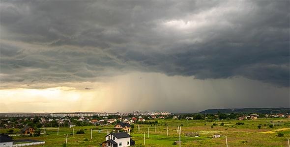 تصویر منظره و نمای شهر در روز بارانی و ابری