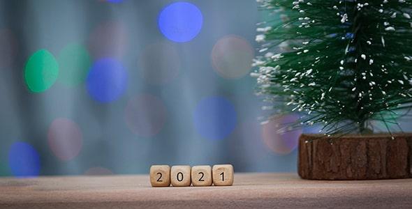تصویر مکعب چوبی سال 2021 و درخت کریسمس