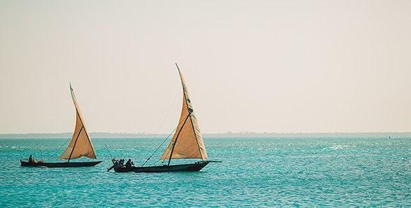 تصویر قایق بادبانی در اقیانوس و دریا