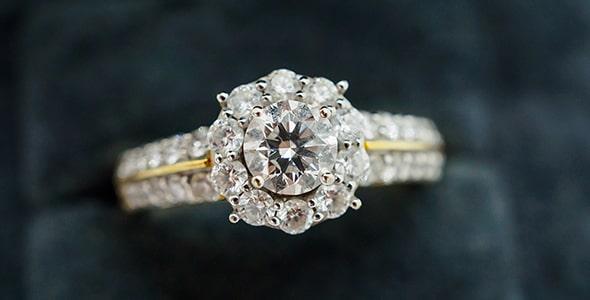تصویر پس زمینه کلوزآپ حلقه الماس