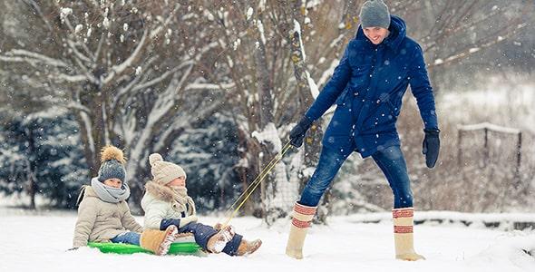 تصویر پدر و بچه ها و بازی در زمستان و برف