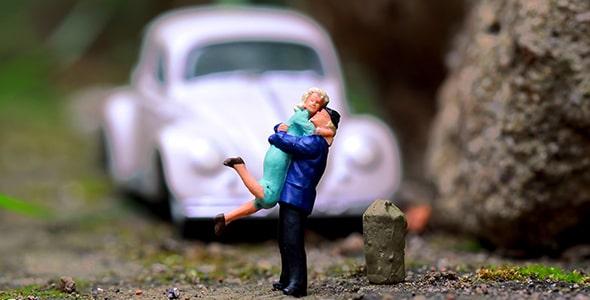 تصویر مجسمه مینیاتوری زن و شوهر با ماشین