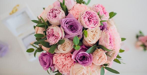 تصویر نمای بالا گل رز و دسته گل عروس