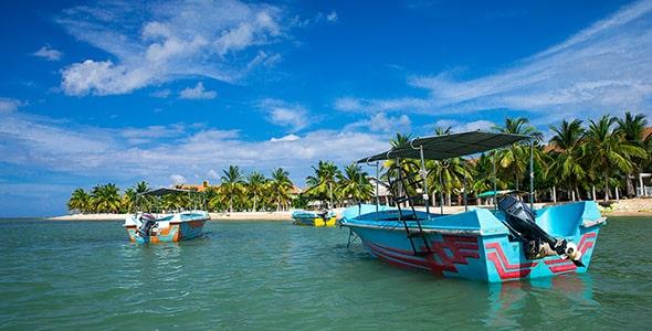 تصویر پس زمینه قایق در ساحل دریای آرام