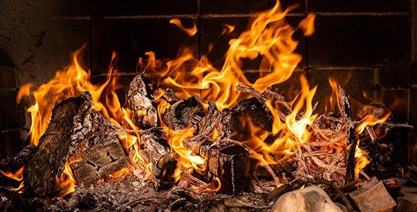 تصویر پس زمینه آتش و زغال در شومینه