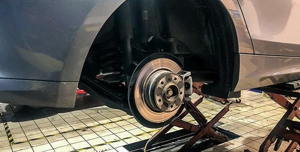 تصویر تعمیر و تعویض دیسک ترمز ماشین