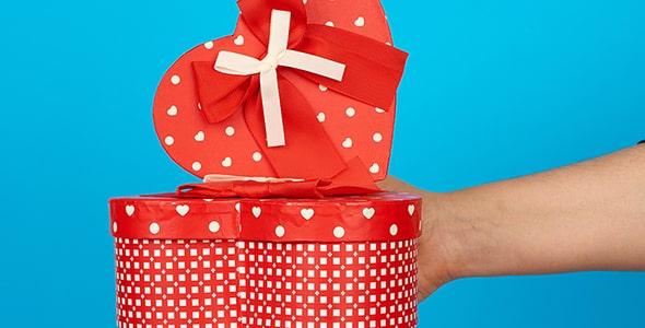 تصویر دست و نگه داشتن جعبه کادو ولنتاین