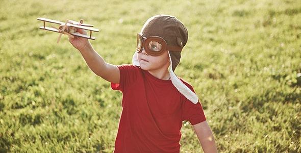 تصویر پسر بچه در حال بازی با هواپیما