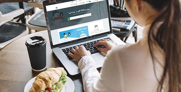 فایل لایه باز موکاپ زن با لپ تاپ در رستوران
